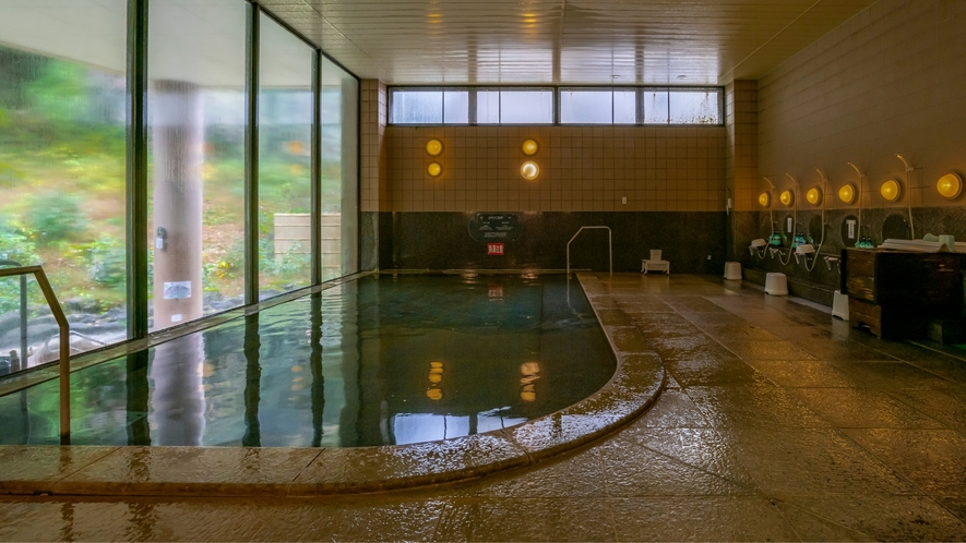 広々とした大浴場でゆっくりと温泉を楽しんでください。