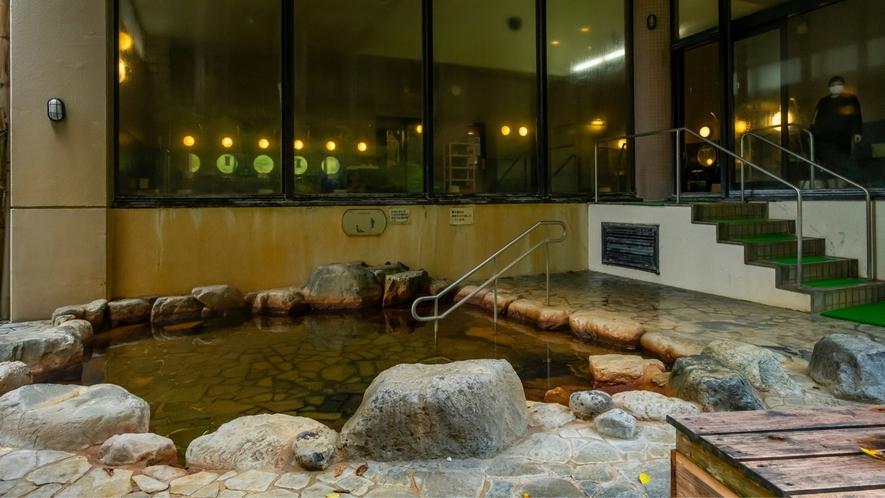 幻想的な露天風呂。美人の湯としても人気です!