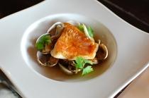 金目鯛、真鯛、イサキ等、伊東の地物を使ってシンプルに魚料理を作ります。1月2月はキノコソ