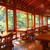 *【レストラン】お食事と共に、川のせせらぎや景色をご堪能いただけます。