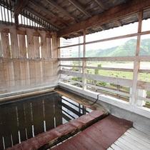 【男性露天風呂】渓流が見渡せる露天風呂