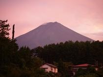 窓からの紅富士