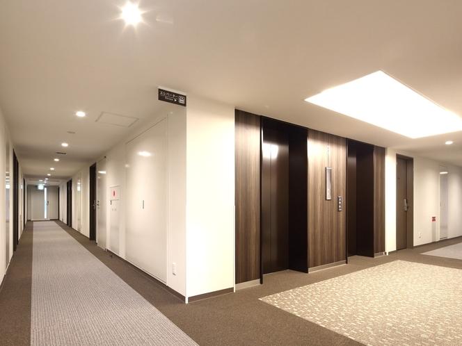 落ち着いた雰囲気の客室階エレベーターホール