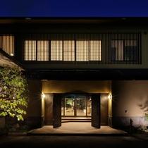 【玄関】重い木製の扉をあけると、自然あふれる森の音空間が広がります