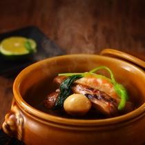 【松茸の土瓶蒸し】通常は鶏だしベースですが、森の音では牛だしでオリジナルで作っております