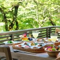 【朝食】お客様の時間に合わせて土窯でお米を炊き上げております。味はもちろん、見た目も鮮やか朝食