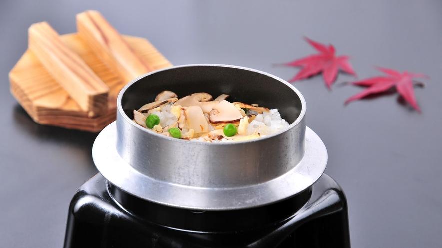【秋の味覚】松茸料理の定番!!松茸釜飯