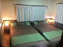 寝室にはセミダブルベッド2つ