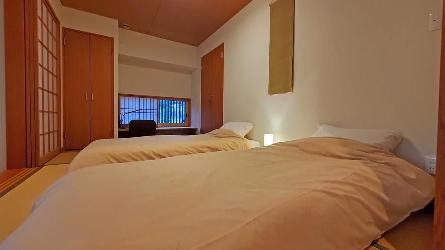 【客室-2F】2階は寝室に窓がついております