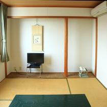 【お部屋】シンプルな和室ですが広めでゆったりおくつろぎください。