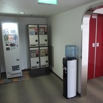 【館内】エレベーター横に自販機やウォーターサーバーなど設置♪