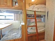 【トレーラーハウス】子供が喜ぶ2段ベッドタイプです♪