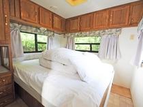 【トレーラーハウス】大きく寝心地の良いダブルベッドです。