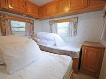 【トレーラーハウス】シングルベッド2台