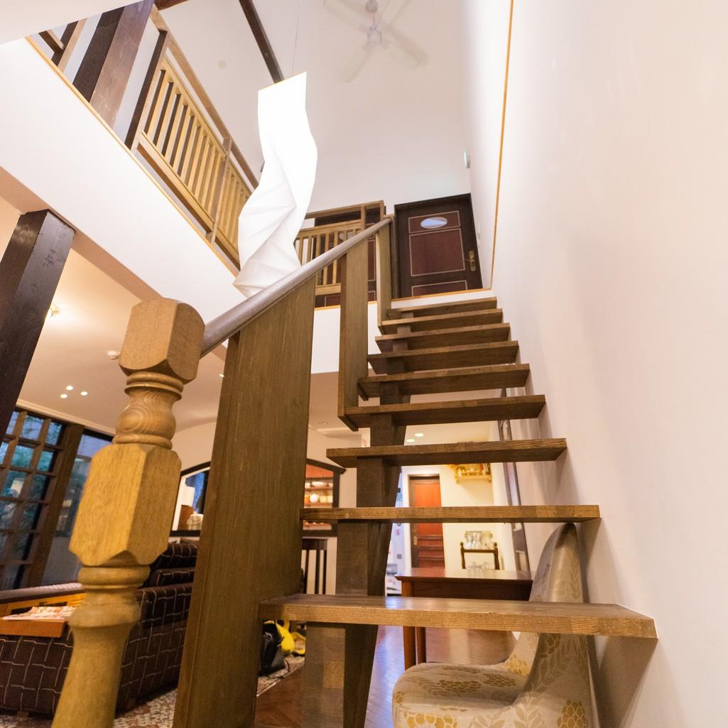 町家の造りを活かした階段が美しい