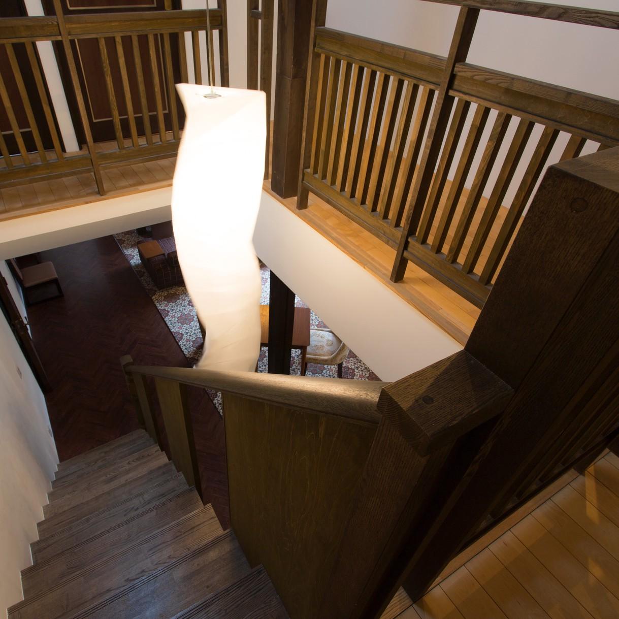 1階と2階を結ぶレトロな階段。1階から2階への吹き抜けも美しい。