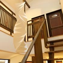 開放感のある吹き抜けと2階客室への階段