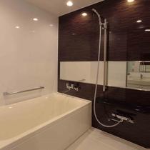 一日の疲れを癒す洗い場の付き広々バスルーム②
