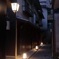 ようこそ 石畳の小路を通って玄関へ(夜間)