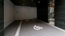 車イス駐車場完備/奥に喫煙スペースも御座います。