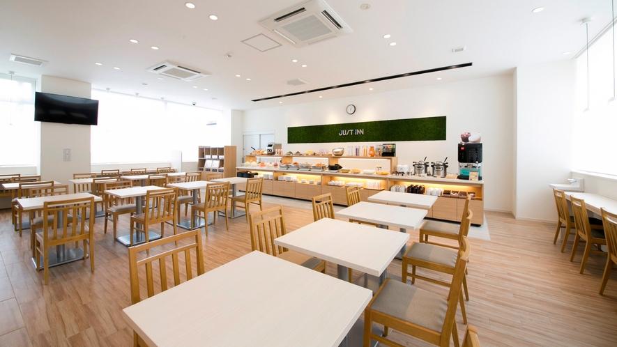 白と木目を基調とした清潔感あふれる朝食会場