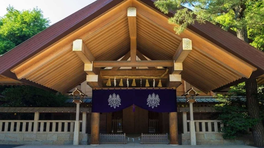 熱田神宮まで車で約20分、名鉄名古屋本線「神宮前駅」下車徒歩約3分