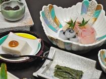 【グレードアップ夕食】胡麻豆腐・お刺身盛り合わせ・山菜など