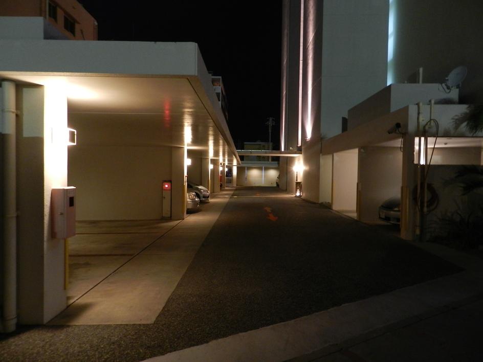 駐車場(夜)