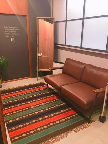 女性専用ドミトリールーム内(200番台の部屋) ソファ