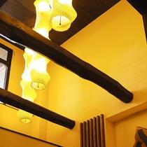 【ロビー】天井は吹き抜けで開放感があります。