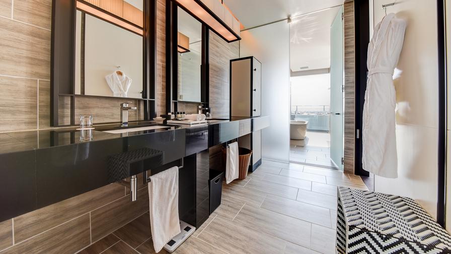 *【お部屋】洗面台は2つ、大きな鏡があるのでお化粧時に便利。