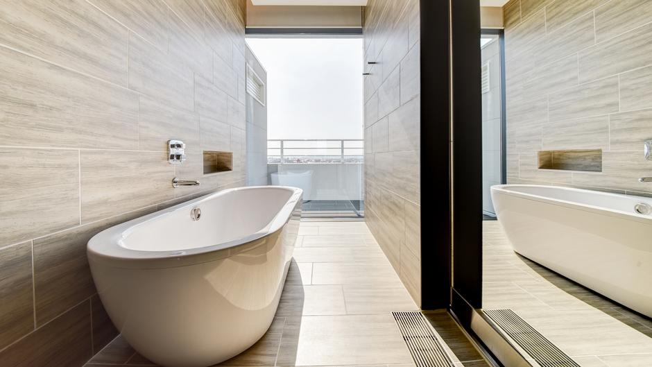 *【お部屋】足をのばせる浴槽。窓があり、開放的な空間です。