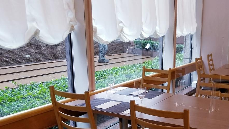 「オーロラ」各テーブルにアクリル板を設置しております
