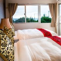 *[客室一例/2LDK]バルコニー付のオーシャンビューの寝室です。