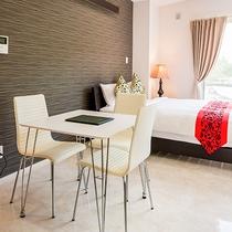 *[客室一例/1K-B]ティータイムもお食事もお休みも出来るコンパクトな造りです。