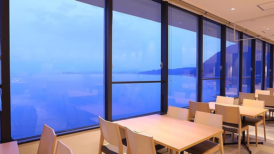 レストランは海側のお席もございます。