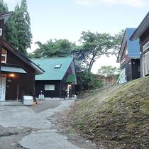 *外観/緑豊かな自然の中に、木の温もりが感じられるロッジ風のコテージが4棟。