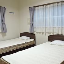 *客室一例/2階洋室のベッド、または1階和室のお布団でおやすみください。