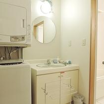 *客室一例/洗面所には洗濯機・乾燥機もあり連泊滞在も安心♪