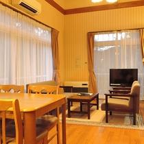 *客室一例/コテージならではの木の温もりが感じられるくつろぎの空間。