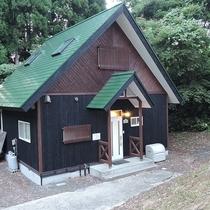 *外観/森の山小屋のような、かわいらしい雰囲気のコテージです。
