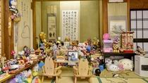 *【別邸・和室15畳】お客様からのお土産やプレゼントがたくさん飾られています。