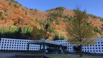 *【紅葉】紅葉スポットへのお出かけに。隣接する山々も深く色付きます。