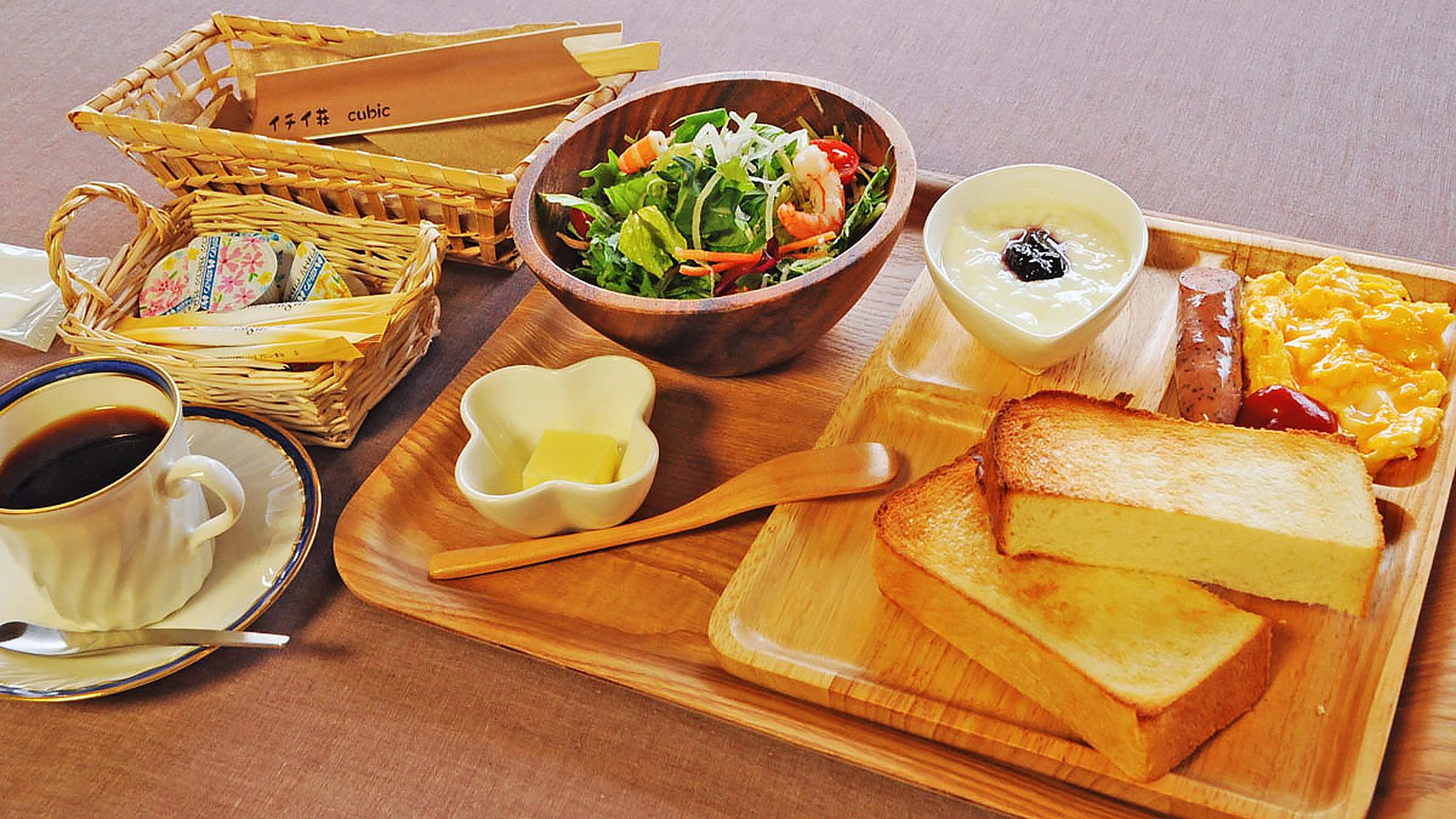 【朝食の一例】米粉入りでもっちりした食感の自家製パンにホイップバターを付けてお召し上がりください。
