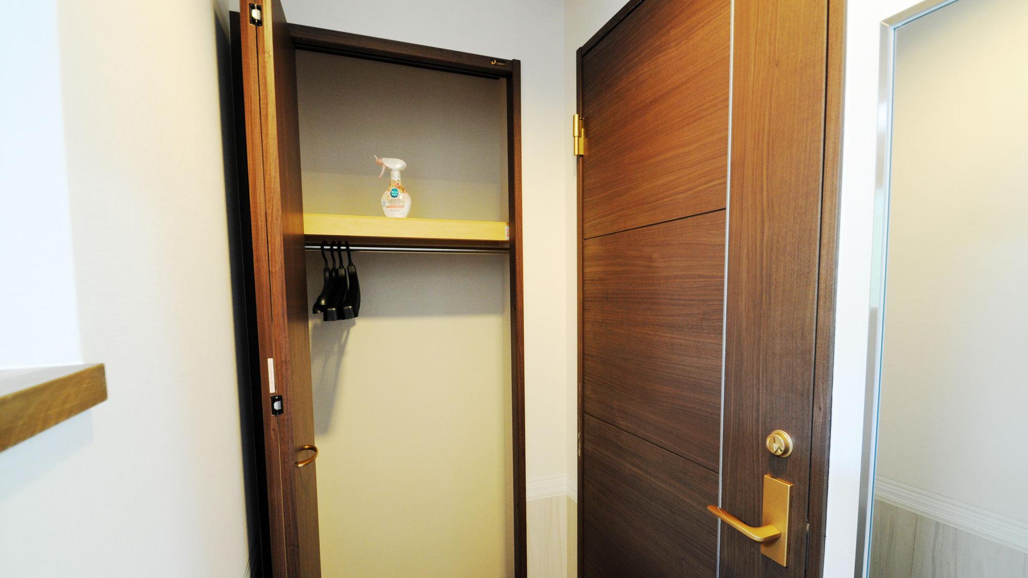 【客室の一例】クローゼット(お部屋により造りは異なります。)