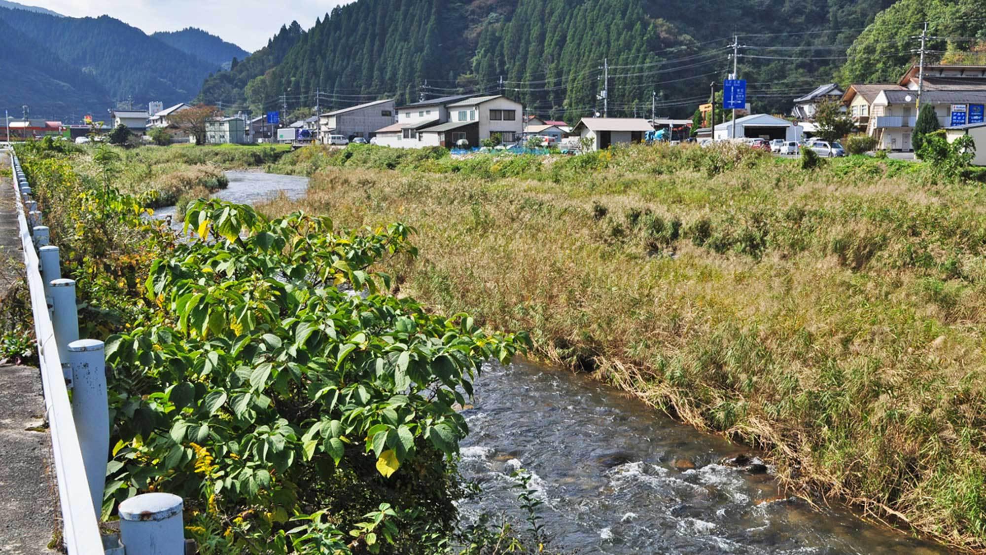 【周辺】イチイ荘の近くにある穏やかな日野川