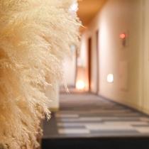 *[館内/廊下]ゆとりのある空間で、季節のお花を飾ることも♪