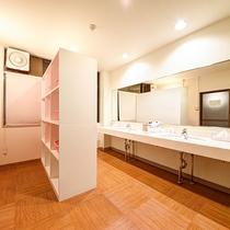 *[大浴場一例/脱衣所]広々としておりシンプルかつ清潔感溢れる脱衣場