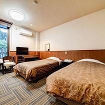 *[スタンダードツイン一例]豊かな自然が望める寛ぎスペースにセミダブルのベッド2台を配した客室