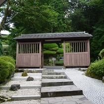 *[当館入口/門]仙石原の麓に佇む、森に抱かれた温泉リゾート